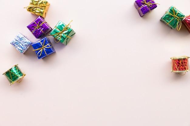 Vue de dessus des boîtes de cadeau de noël emballés avec espace de copie Photo Premium