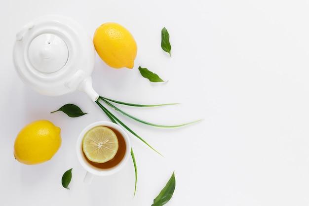 Vue De Dessus De La Bouilloire Et Les Citrons Photo gratuit