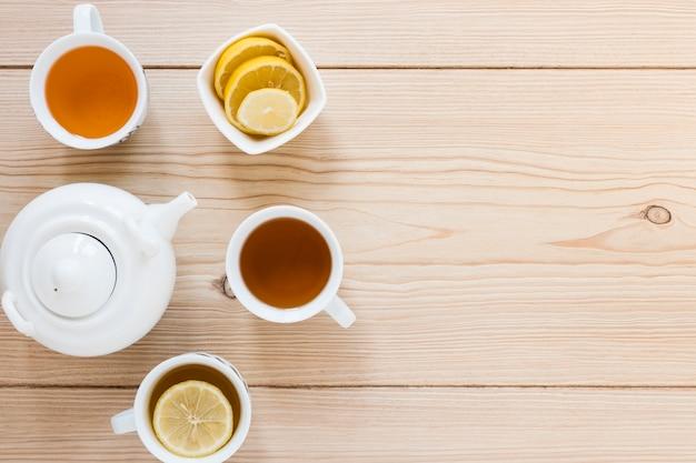 Vue de dessus de la bouilloire et des tasses à thé Photo gratuit
