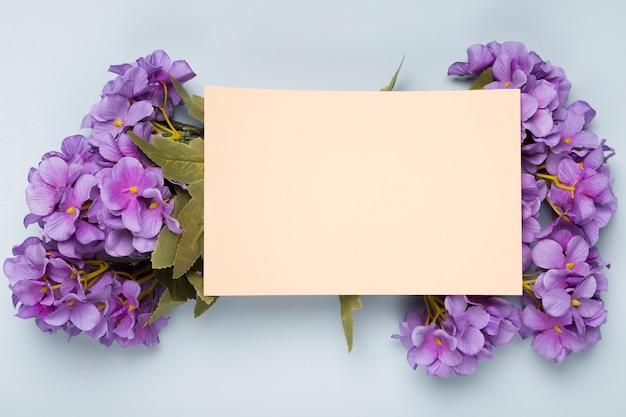 Vue De Dessus Bouquet De Fleurs Avec Carte De Voeux Photo gratuit