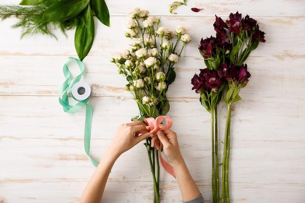 Vue De Dessus Bouquet De Fleurs Sur Table En Bois Photo gratuit