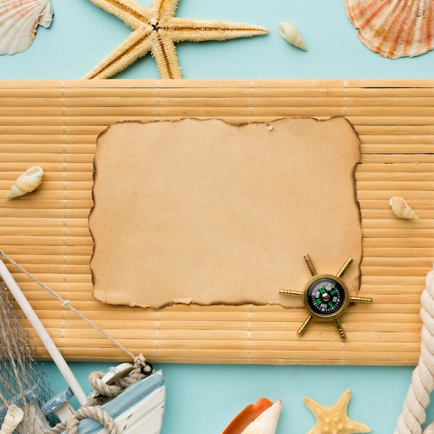 Vue De Dessus Boussole Avec étoile De Mer Sur La Table Photo gratuit