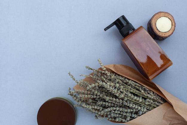 Vue de dessus de la bouteille d'huile essentielle et de lavande Photo gratuit