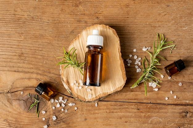 Vue de dessus, bouteille d'huile, sur, morceau bois Photo gratuit