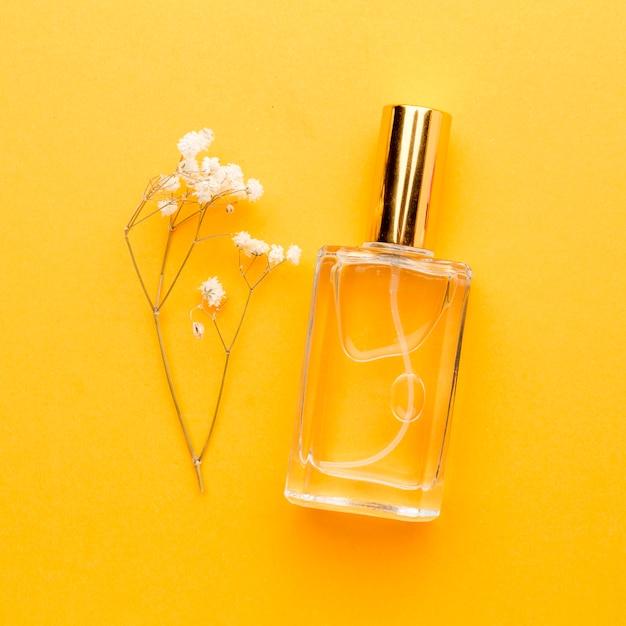 Vue De Dessus Bouteille Avec Parfum Sur La Table Photo Premium