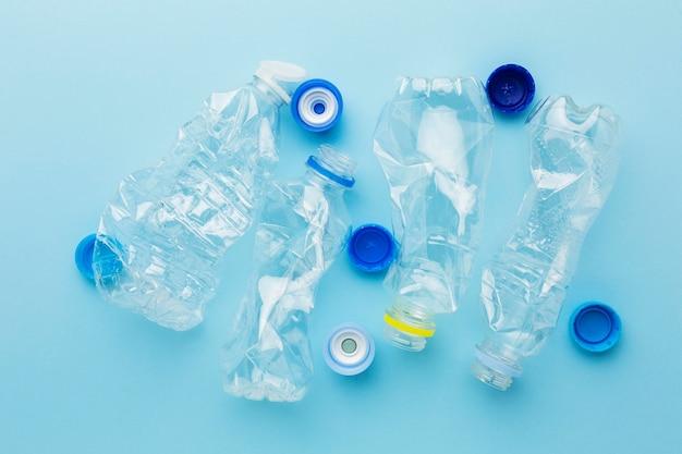 Vue De Dessus Bouteilles Et Bouchons Déchets Plastiques Photo gratuit