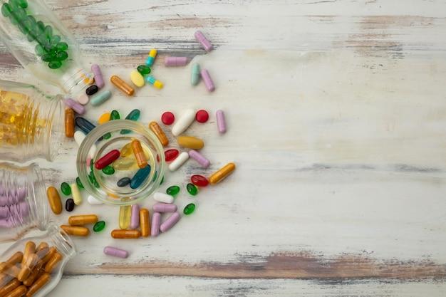 Vue de dessus des bouteilles de vitamines Photo Premium