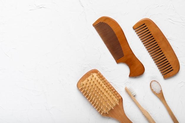 Vue de dessus brosse et peignes sur la table Photo gratuit