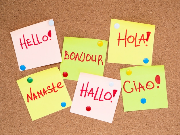 Vue de dessus des bulles de papier avec bonjour dans différentes langues Photo gratuit