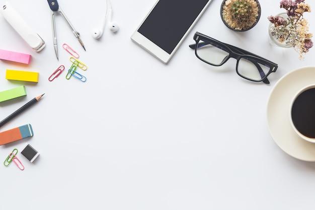 Vue de dessus de bureau blanc de bureau avec l'espace de copie pour entrer le texte. Photo Premium