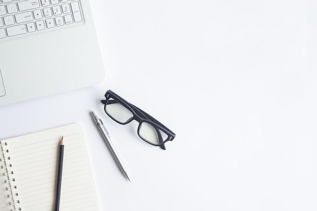 Vue de dessus de bureau blanc avec espace de copie pour saisir le texte. Photo Premium