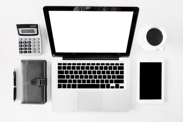 Vue de dessus bureau de bureau d'affaires avec l'image d'en-tête de héros de l'espace copie sur fond blanc Photo Premium