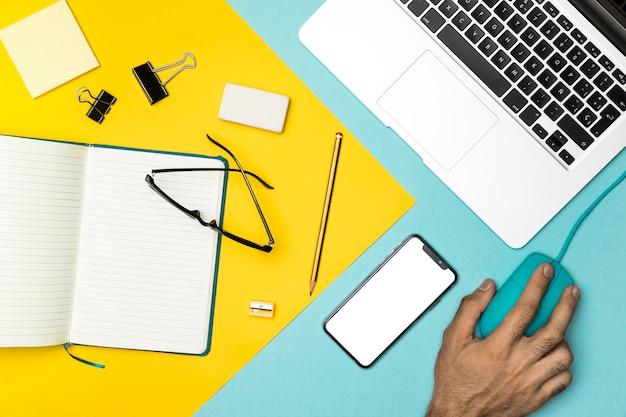 Vue de dessus bureau avec maquette smartphone Photo gratuit