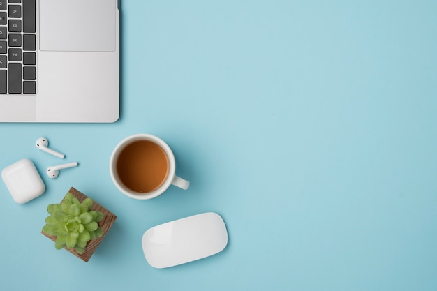 Vue de dessus bureau avec ordinateur portable et earpods Photo gratuit