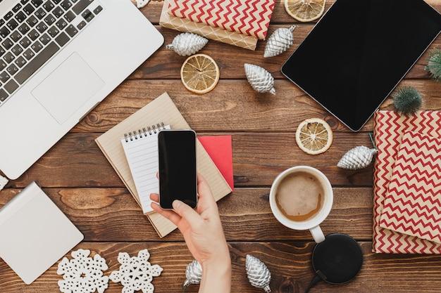 Vue de dessus d'un bureau de surface en bois avec ordinateur avec fournitures de bureau et décorations de noël Photo Premium