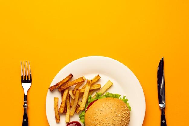 Vue de dessus burger et frites sur une assiette Photo gratuit