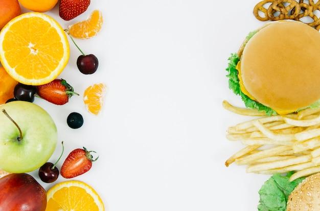 Vue de dessus burguer vs fruits Photo gratuit