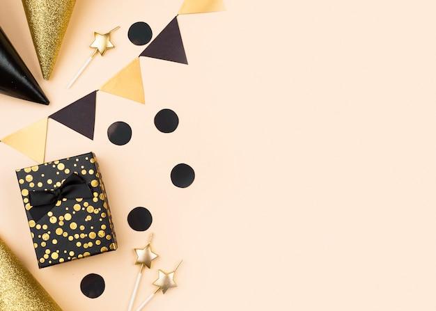 Vue De Dessus Des Cadeaux D'anniversaire Et Des Chapeaux Photo Premium