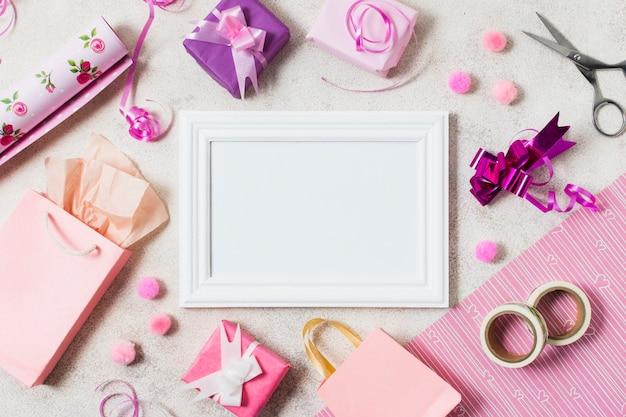 Vue de dessus des cadeaux avec cadre Photo gratuit