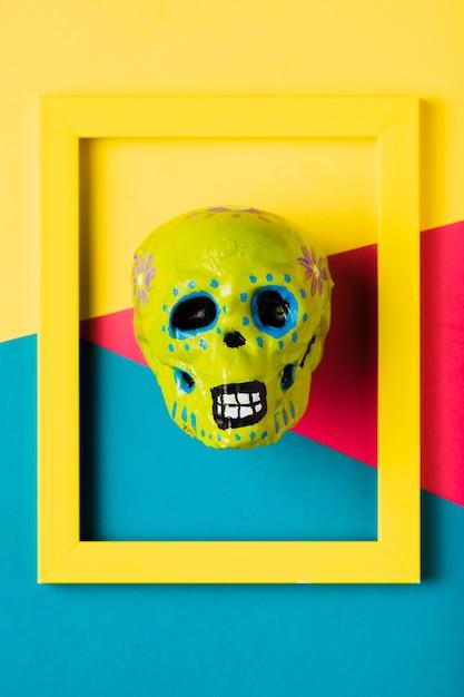 Vue de dessus cadre jaune avec crâne jaune Photo gratuit