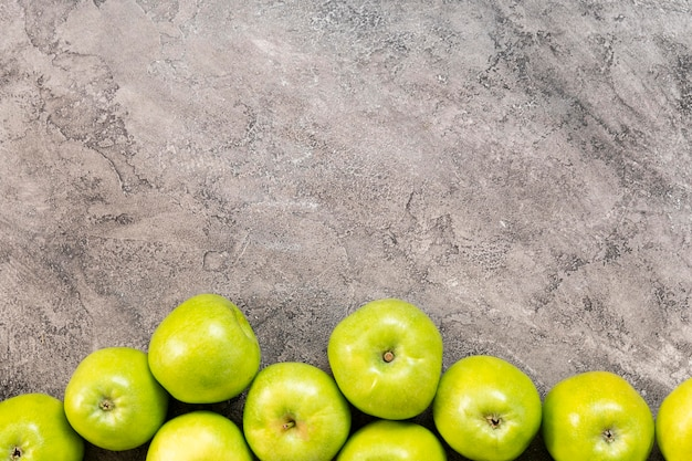 Vue De Dessus Cadre Pommes Vertes Photo gratuit