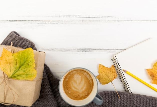 Vue de dessus café et automne laisser sur la boîte avec espace de copie Photo gratuit