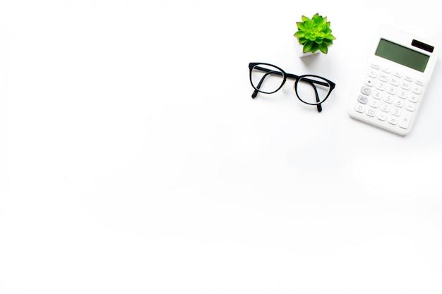 Vue de dessus de la calculatrice de bureau, avec une zone de copie à droite. Photo Premium