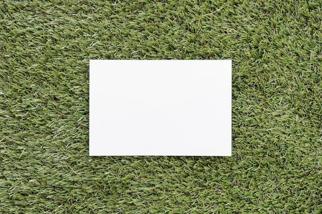 Vue De Dessus Carte Vide Sur L'herbe Verte Photo gratuit