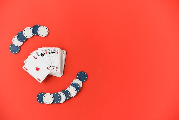 Vue de dessus des cartes à jouer avec des jetons de poker Photo gratuit