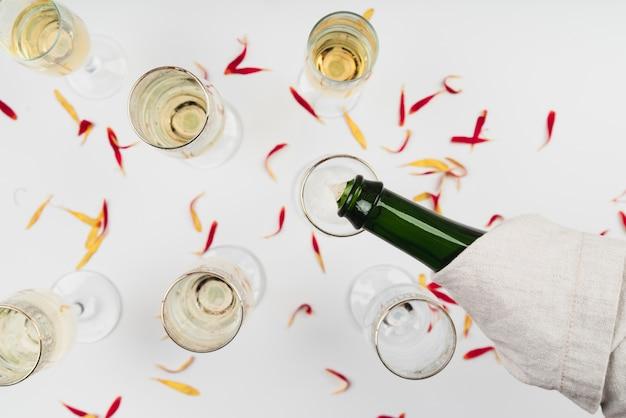 Vue De Dessus, Champagne, Verser Dans, Verre Photo gratuit