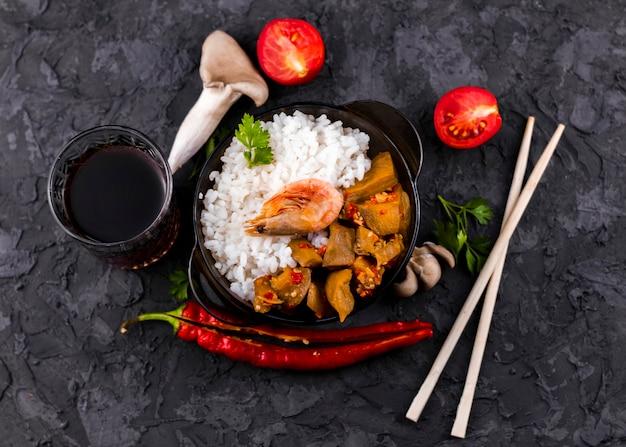 Vue de dessus de champignons et de riz Photo gratuit