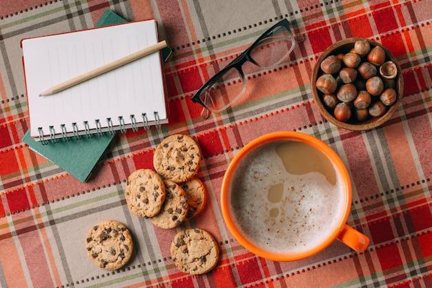 Vue de dessus de chaud chocholate et cookies sur fond de cachemire Photo gratuit
