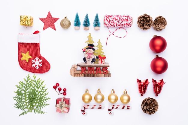 Vue de dessus de chaussette rouge de boîte de cadeau de noël avec des branches d'épinette, pommes de pin sur blanc backgrou Photo Premium