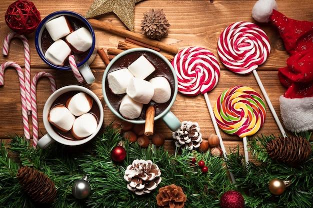 Vue de dessus chocolat chaud avec des bonbons Photo gratuit