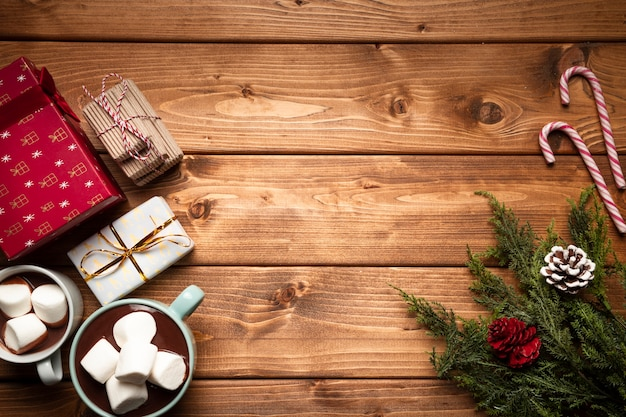 Vue de dessus chocolat chaud avec des cadeaux Photo gratuit