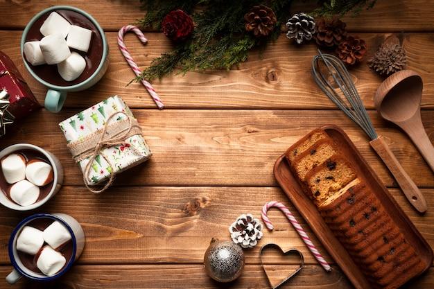 Vue De Dessus Chocolat Chaud Avec Un Gâteau Photo gratuit