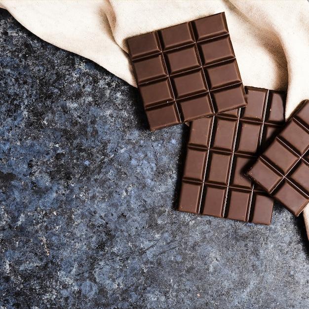 Vue de dessus chocolat noir sur un chiffon Photo gratuit