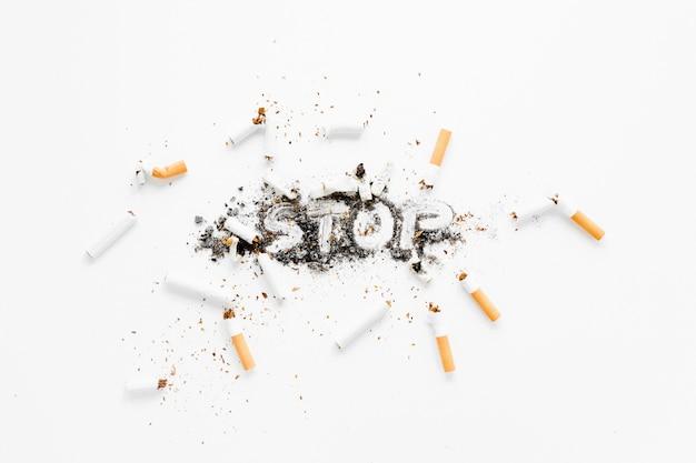 Vue de dessus cigarettes et cendres Photo gratuit