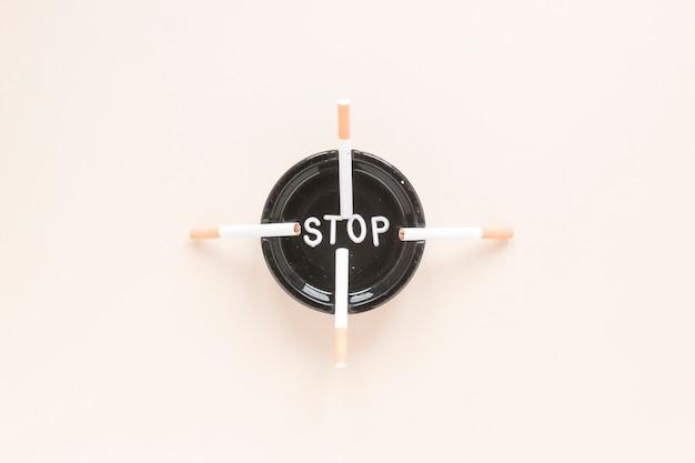 Vue de dessus cigarettes et cendrier Photo gratuit