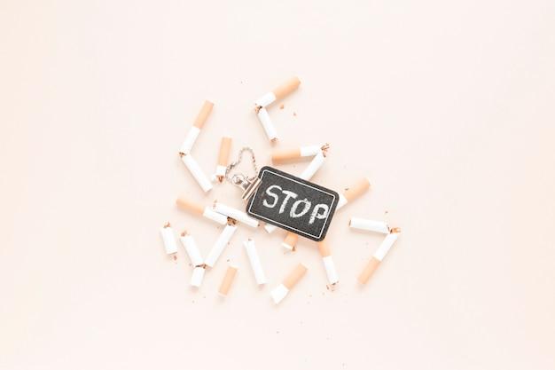 Vue de dessus cigarettes et étiquette Photo gratuit