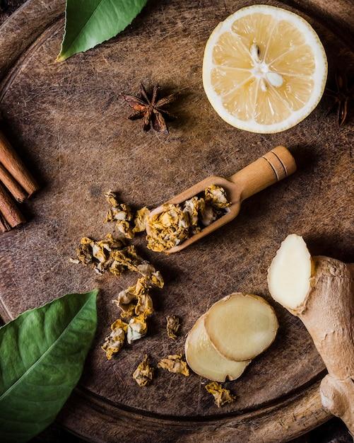 Vue De Dessus Citron Avec Condiments Et Gingembre Sur Une Planche à Découper Photo gratuit
