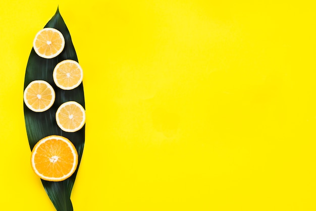 Vue de dessus des citrons et orange sur feuille Photo gratuit