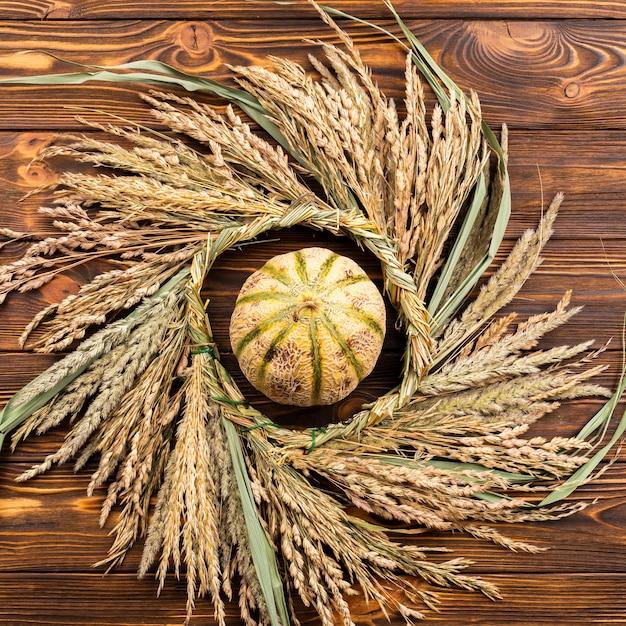 Vue de dessus citrouille et blé sur fond en bois Photo gratuit
