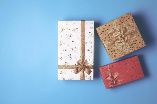 Vue de dessus des coffrets cadeaux sur fond bleu. espace libre pour le texte Photo Premium