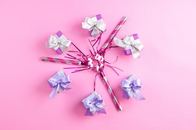 Une Vue De Dessus Des Coffrets Cadeaux Violets Avec Des Sifflets D'anniversaire Isolés Photo gratuit