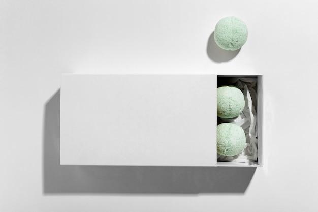 Vue De Dessus Composition De Bombes De Bain Vertes Sur Fond Blanc Photo gratuit