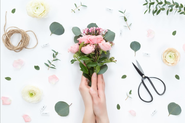 Vue de dessus de la composition florale du bouquet de belle fleur rose rose Photo Premium