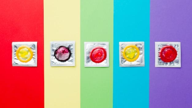 Vue De Dessus La Composition De La Méthode De Contraception Sur Fond Arc-en-ciel Photo gratuit