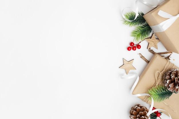 Vue De Dessus De La Composition De Noël Avec Boîte-cadeau, Ruban, Branches De Sapin, Cônes, Anis Sur Tableau Blanc Photo gratuit