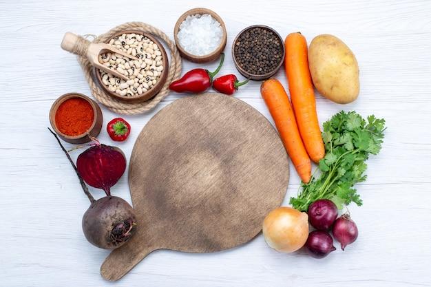 Vue De Dessus De La Composition Végétale Avec Des Légumes Frais Haricots Crus Carottes Et Pommes De Terre Sur Le Bureau Blanc Salade De Légumes Repas Alimentaire Photo gratuit